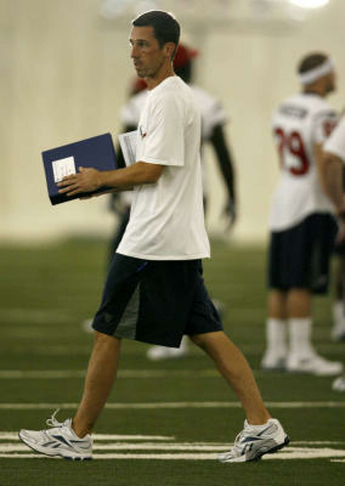 Offiensive coordinator Kyle Shanahan goes to work during the afternoon session of training camp.