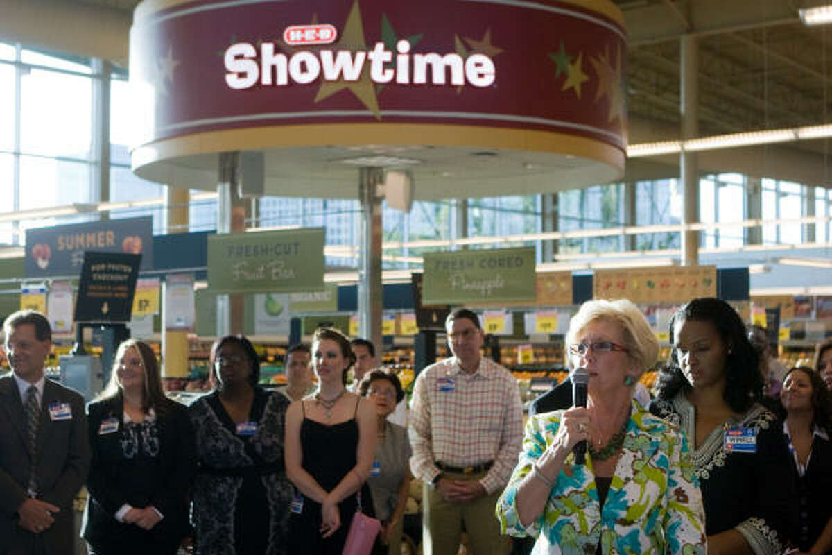 Toni Franklin, SW Houston Chamber of Commerce, speaks during the opening of the new store.