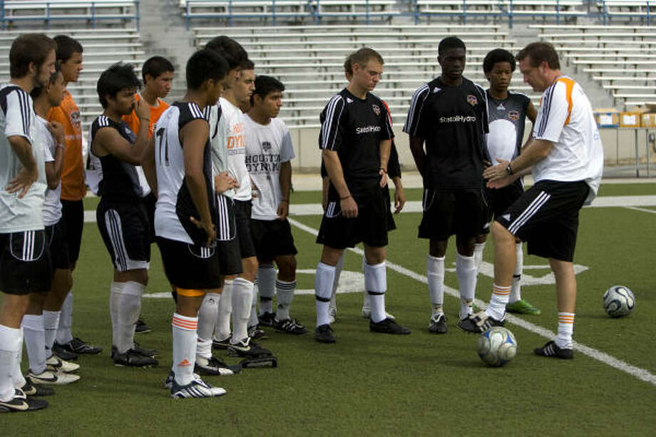 Los jugadores del equipo sub-18 de la academia del Dynamo escuchan atentamente las indicaciones del entrenador James Clarkson (derecha). El equipo sale de gira hacia Europa este fin de semana. Photo: Johnny Hanson, Houston Chronicle
