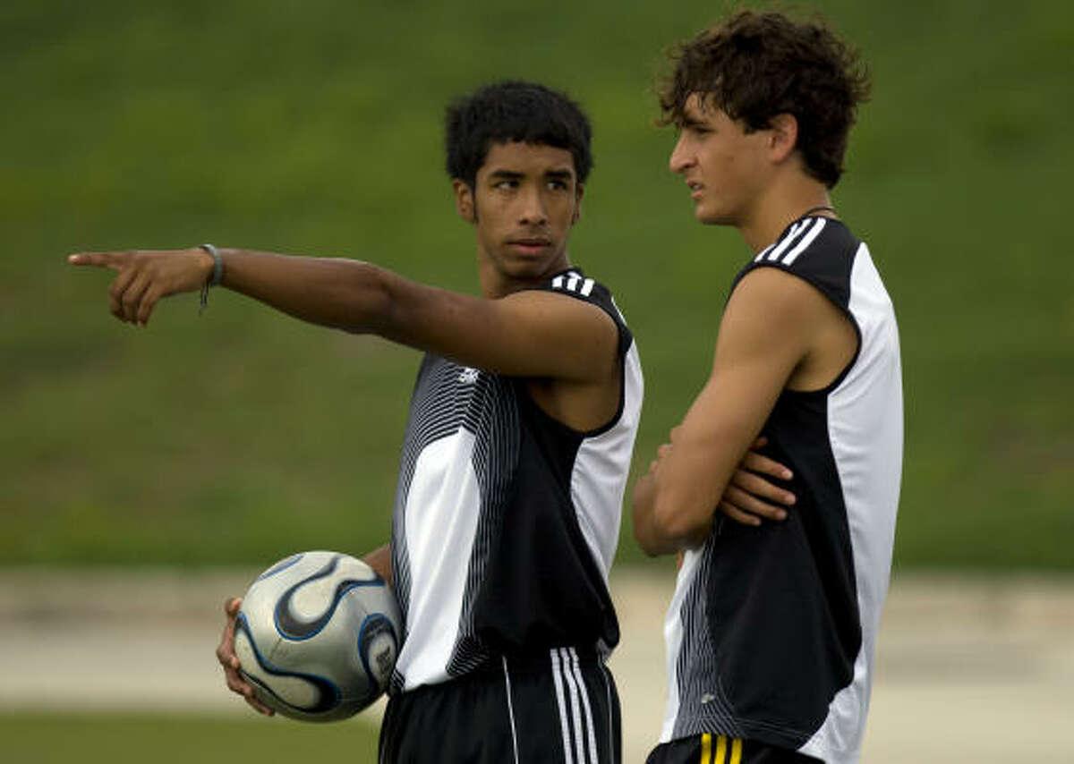 Steven Salinas (izq.), de 17 años, y Abe Matamoros, de 16, conversan durante uno de los entrenamientos de preparación para la gira por Europa, donde se medirán con los escoceses Rangers FC y Celtic FC y los españoles FC Barcelona y Real Madrid CF.