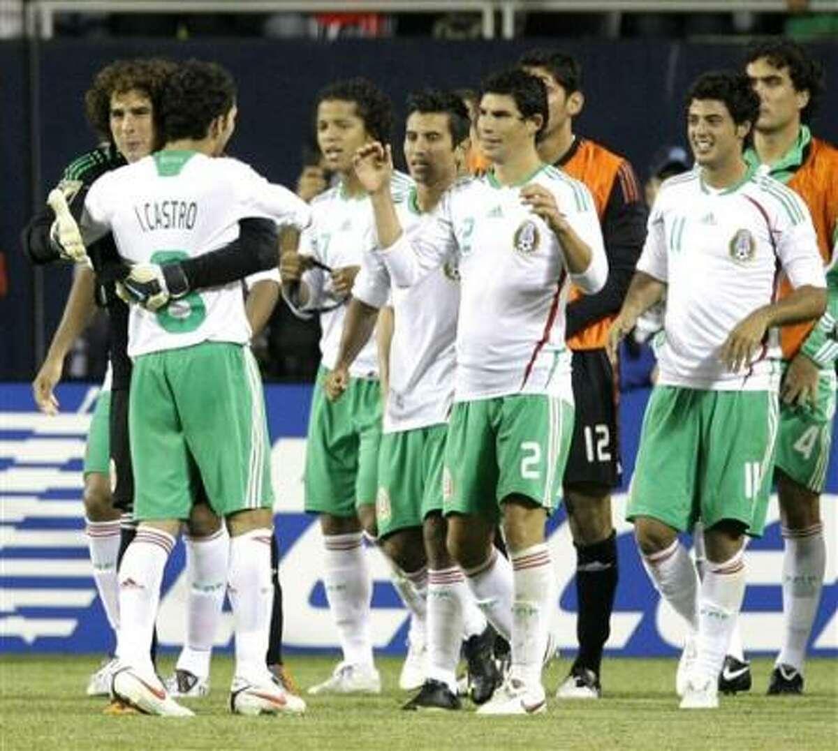 El portero de México Guillermo Ochoa, izquierda, celebra con sus compañeros de equipo tras la victoria sobre Costa Rica en semifinales de la Copa de Oro de la CONCACAF el jueves, 23 de julio del 2009, en Chicago.
