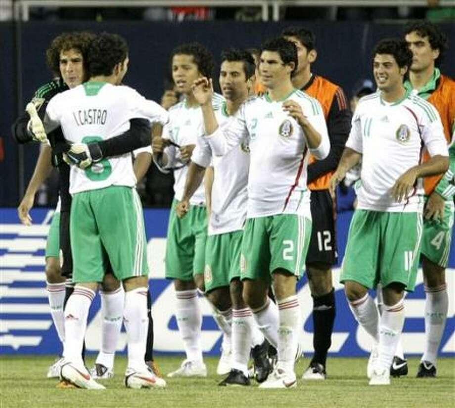 El portero de México Guillermo Ochoa, izquierda, celebra con sus compañeros de equipo tras la victoria sobre Costa Rica en semifinales de la Copa de Oro de la CONCACAF el jueves, 23 de julio del 2009, en Chicago. Photo: Charles Rex Arbogast, AP