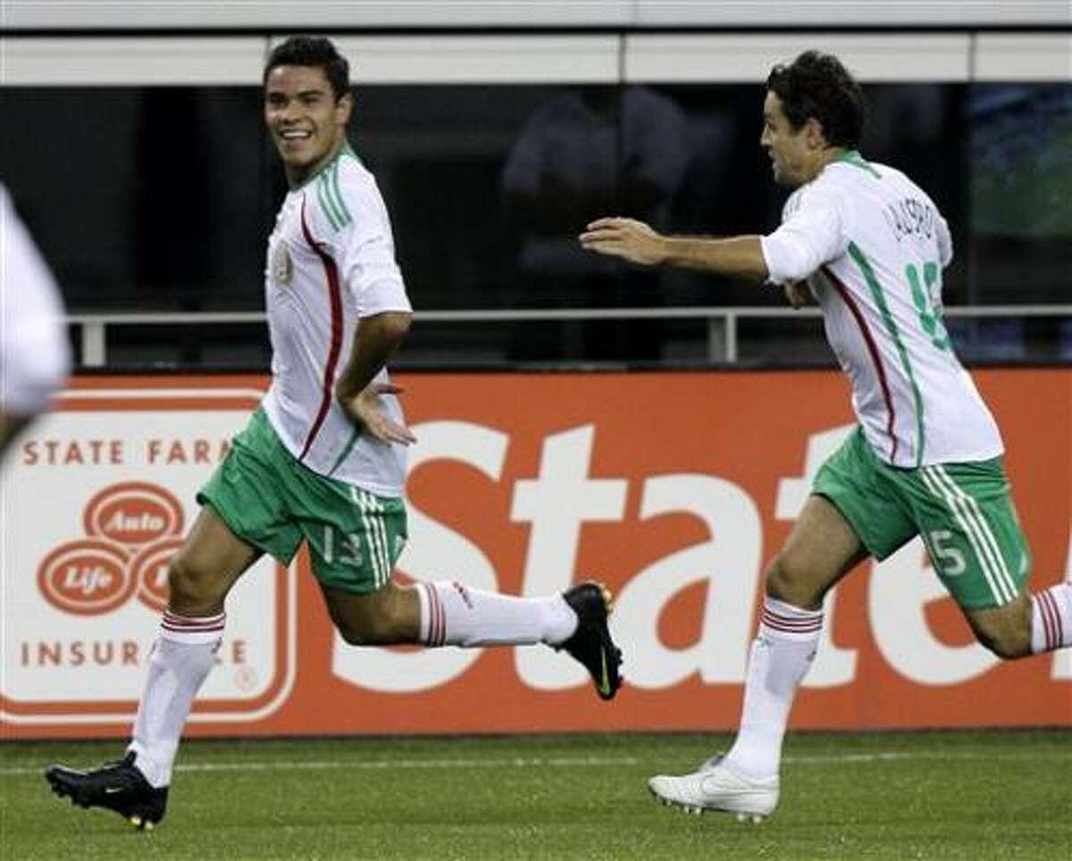 Pablo Barrera, a la izquierda, celebra con su compañero José Antonio Castro tras marcar un gol en la victoria de México sobre Haití en los cuartos de final de la Copa de Oro, el domingo 19 de julio de 2009 en Arlington, Texas.