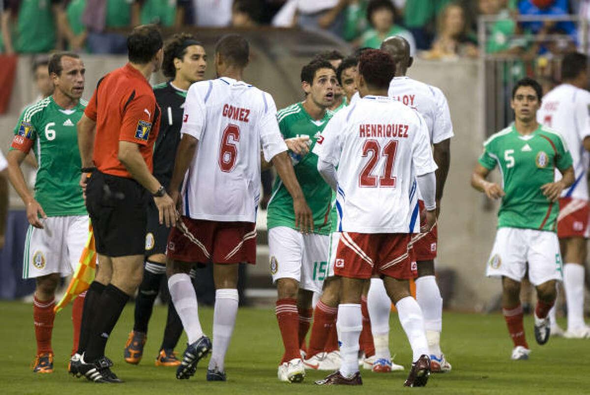 Los incidentes fueron creciendo sobre el final y opacaron el partido, que terminó empatado 1-1, con tres jugadores expulsados.