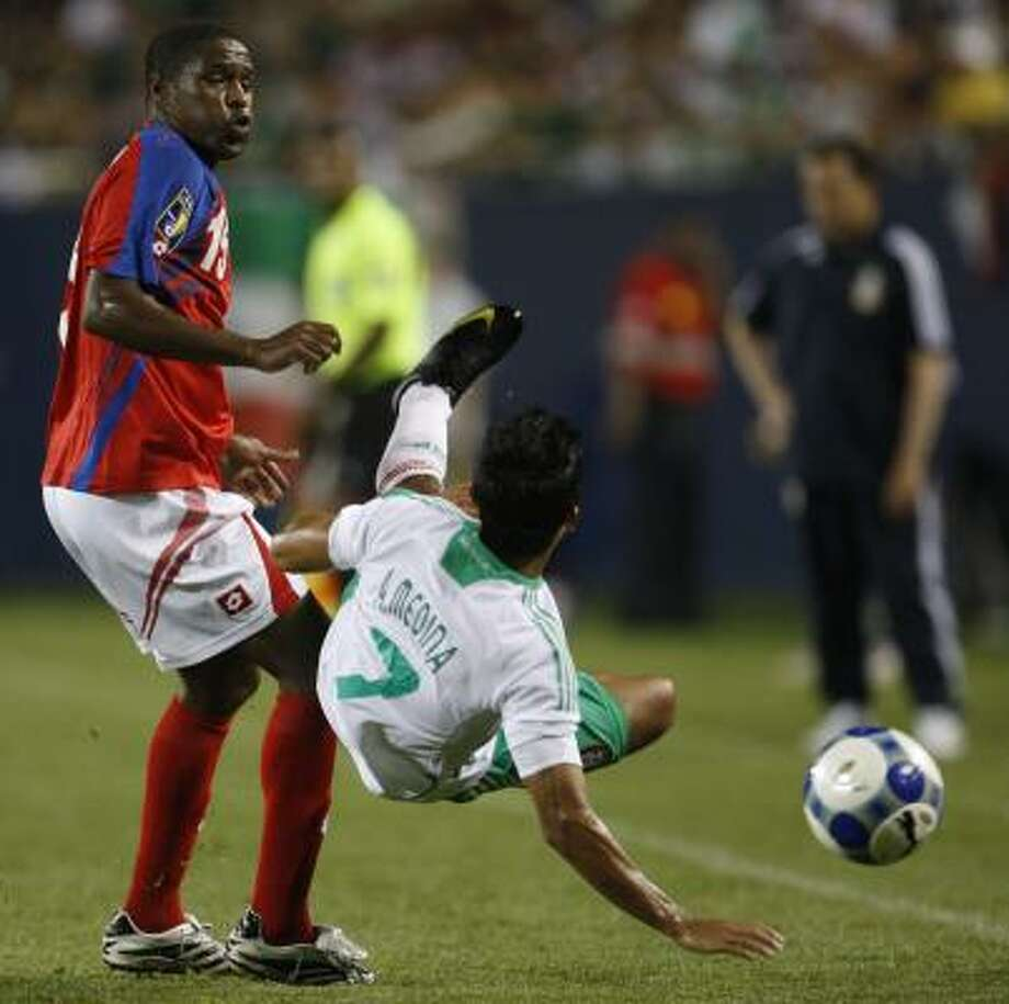 Costa Rica's Harold Wallace, left, fouls Mexico's Alberto Medina during the first half. Photo: Nam Y. Huh, AP