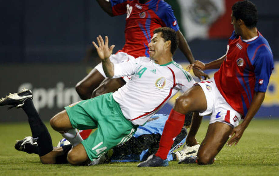 Mexico's Miguel Sabah (14) reacts after a missed goal stopped by Costa Rica's goalkeeper Keylor Navas during the first half. Photo: Nam Y. Huh, AP