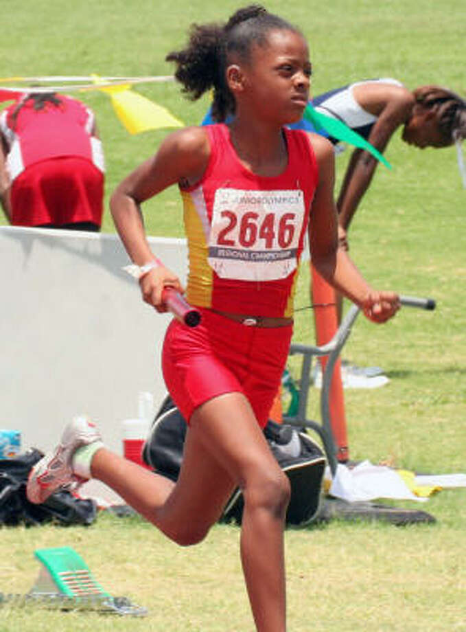 Stephanie Mathis of the Houston Heat in 1,600-meter action. Photo: Gerald James, Chronicle