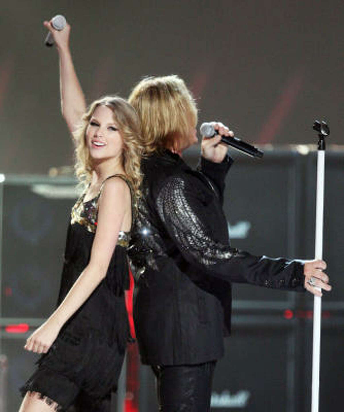 Taylor Swift joins Joe Elliott and Def Leppard for the band's Pour Some Sugar On Me. (She's 19; he's 49 for those of you keeping score out there.)