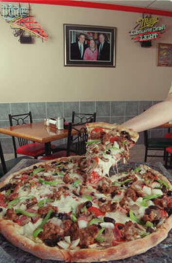 Fuzzy 39 s pizza cafeditto never fuzzy 39 s 823 antoine for Pizza antoine salon
