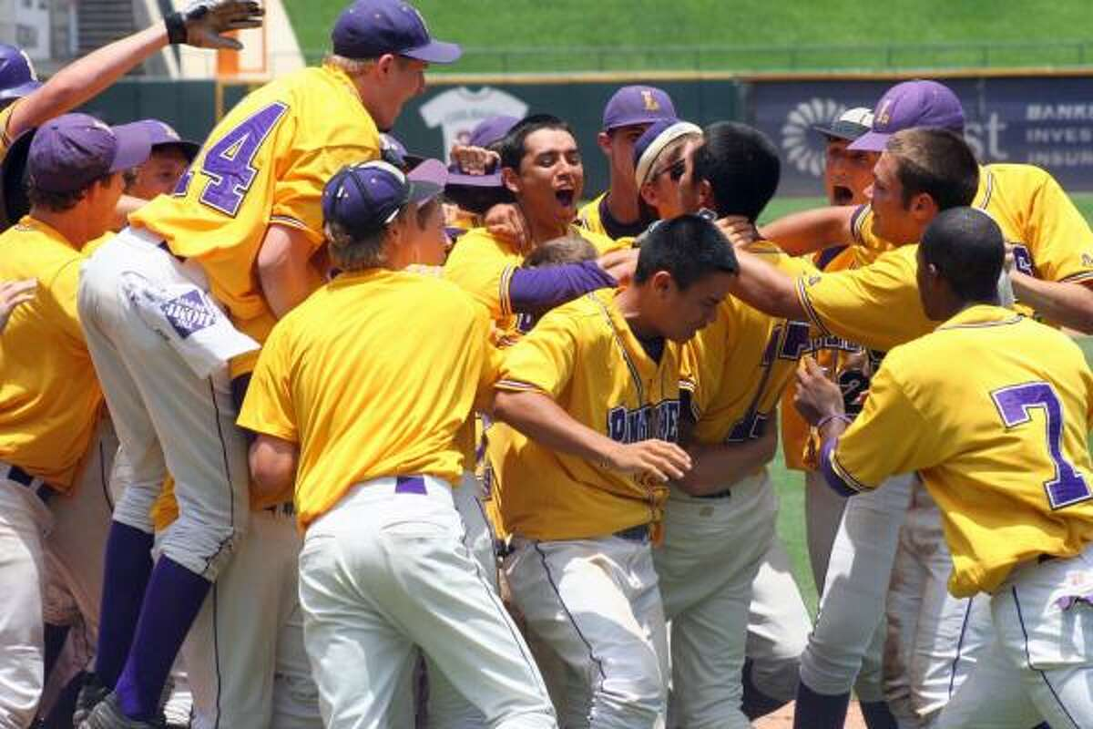 Lufkin players celebrate after Luis Dejesus hit a two-run homer in the 11th inning.