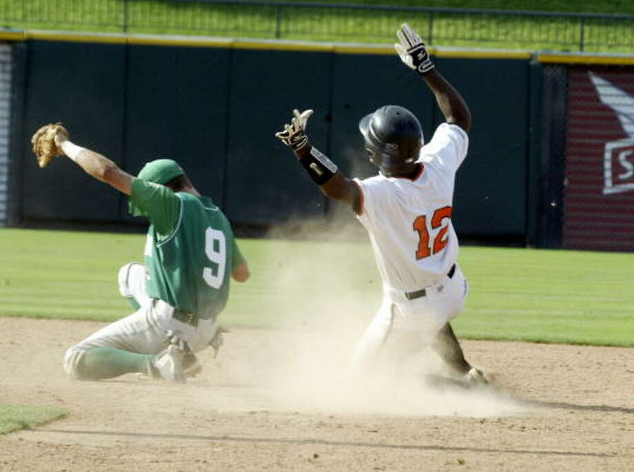 Texas High's Carlton Bailey steals second safely behind Brenham shortstop Drake Roberts. Photo: Gerald James, Chronicle
