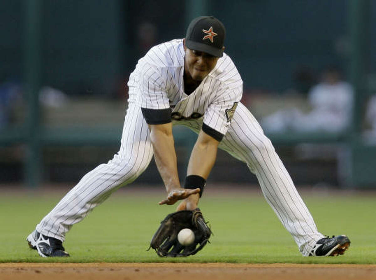 Astros second baseman Edwin Maysonet fields a grounder by the Pirates' Eric Hinske in the second inning.