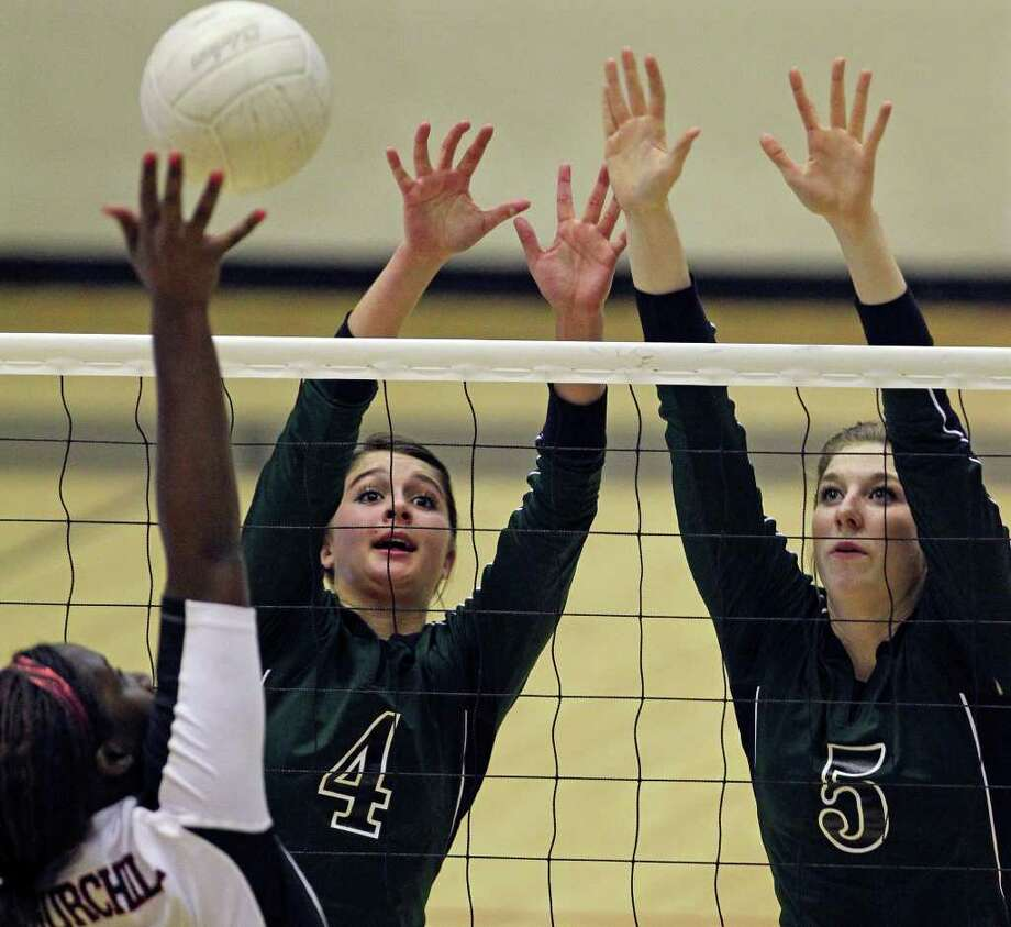 Reagan junior setter Morgan Reed (middle) says her team has enough talent to compete with any squad in the state. Photo: Tom Reel/treel@express-news.net / © 2010 San Antonio Express-News