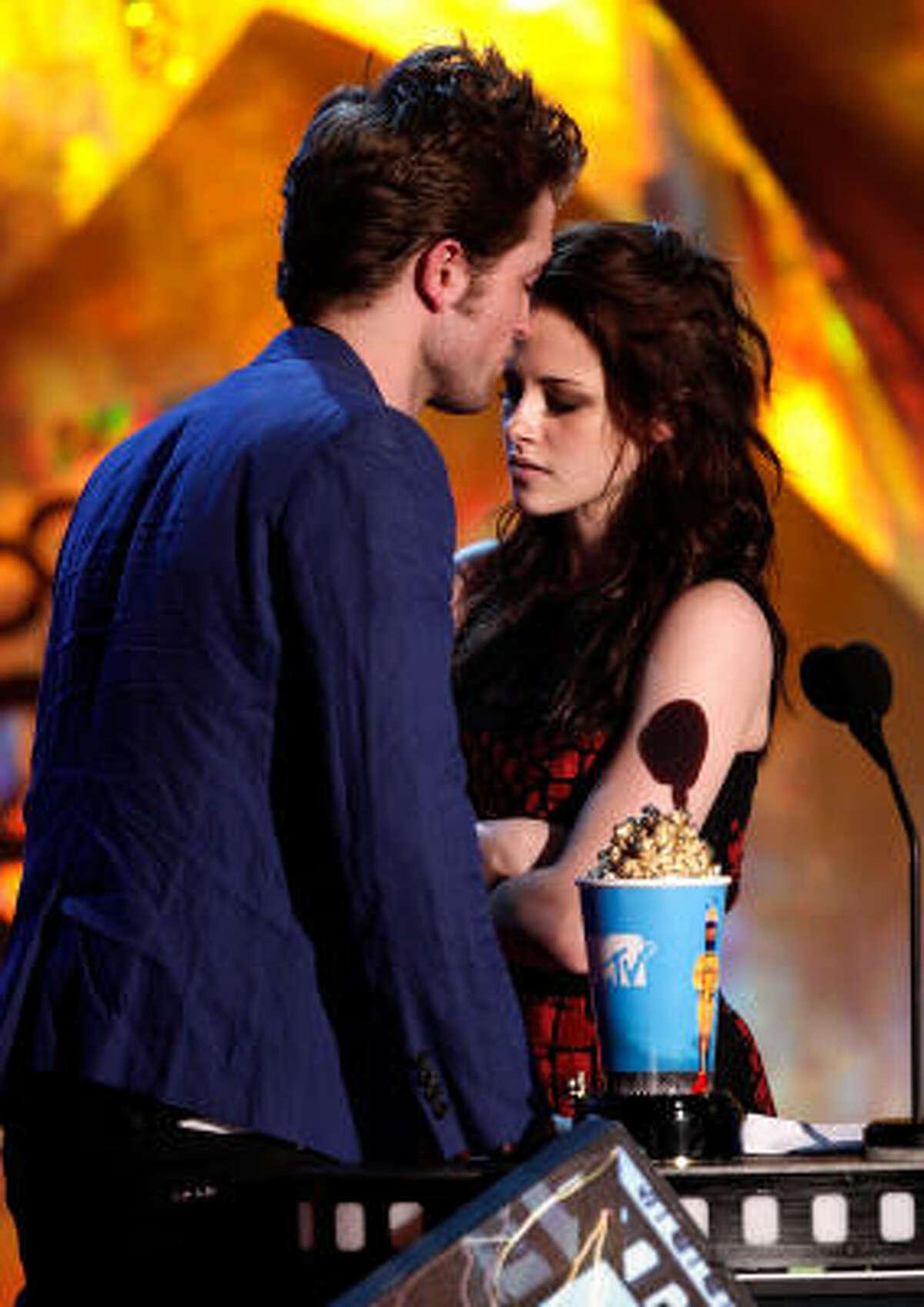 Robert Pattinson Kristen Stewart accept the Best Kiss award for Twilight.