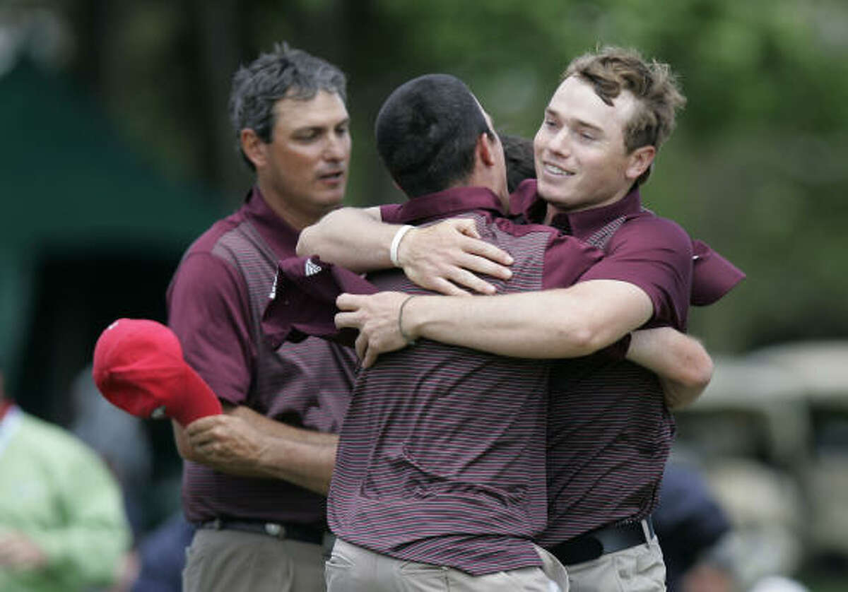 Texas A&M's Bronson Burgoon, right, celebrates with teammates on the 18th green.
