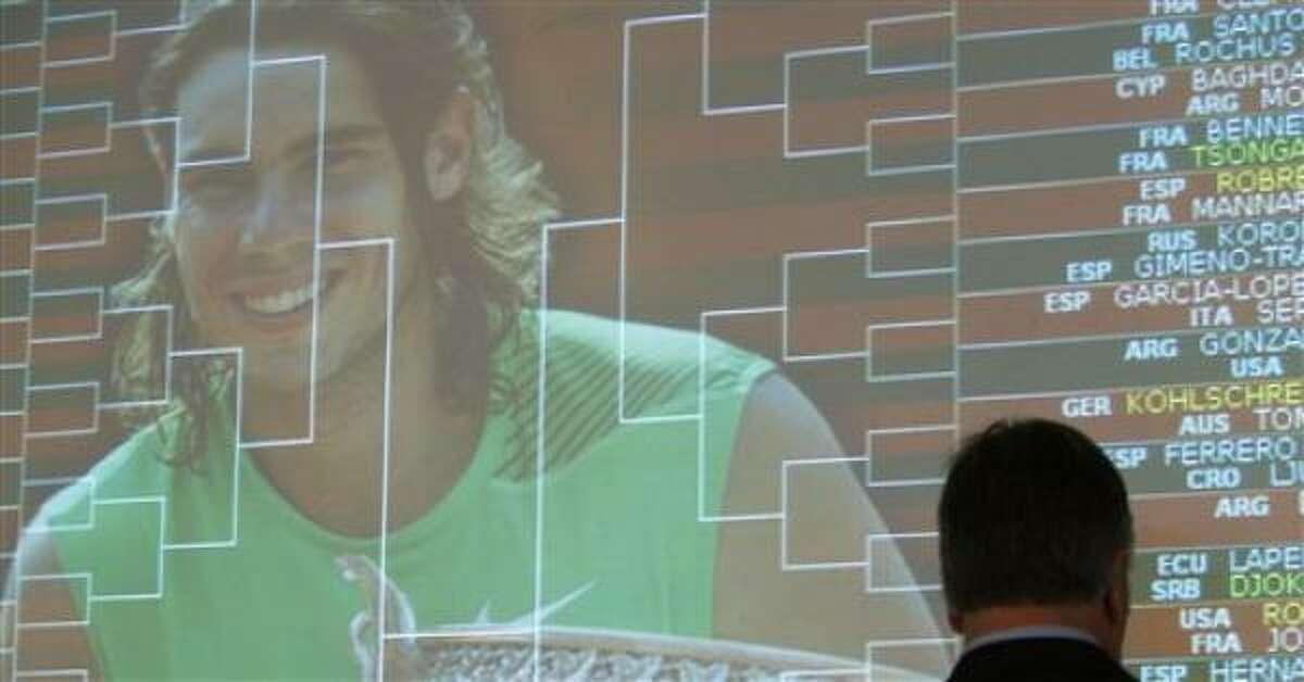 El campeón defensor Rafael Nadal aparece en una pantalla donde se anuncia el sorteo del Abierto de Francia el viernes, 22 de mayo de 2009, en París.