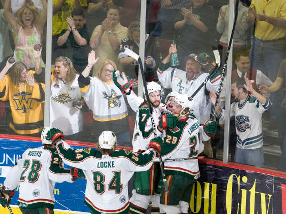 The Aeros celebrate after right wing Matt Beaudoin scored the winning goal in overtime. Photo: Nick De La Torre, Chronicle
