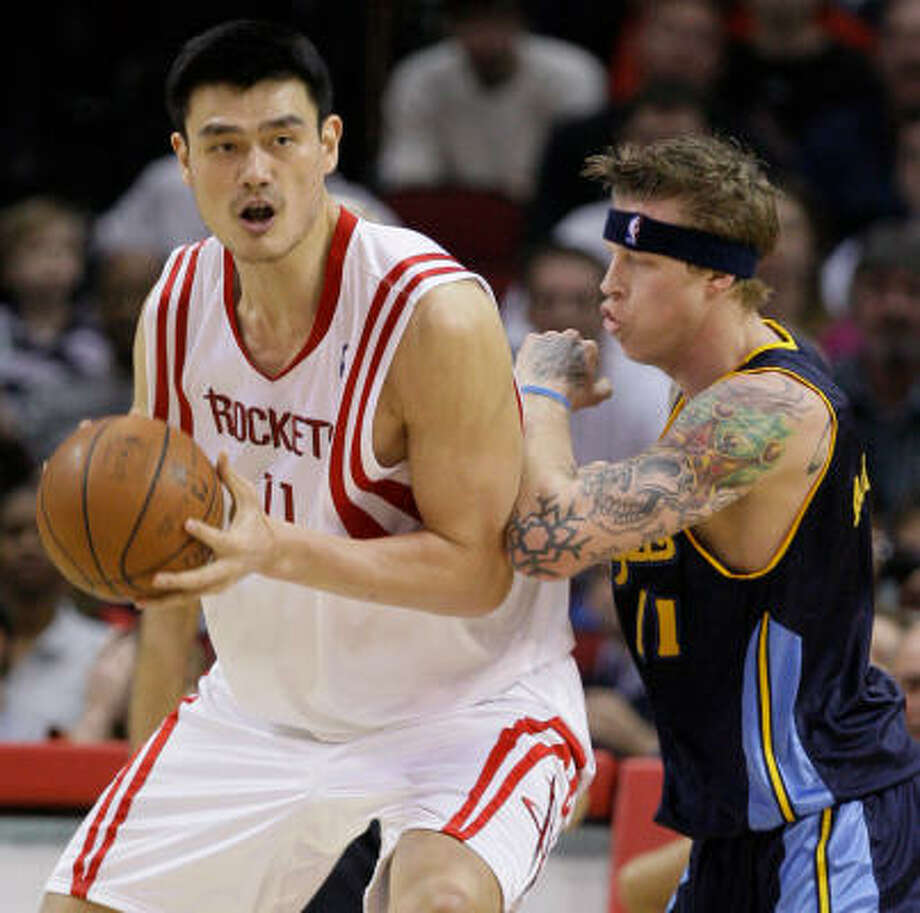 Yao Ming, who scored a game-high 31 points, battles Denver forward Chris Anderson, right, for position in the second half. Photo: Melissa Phillip, Chronicle