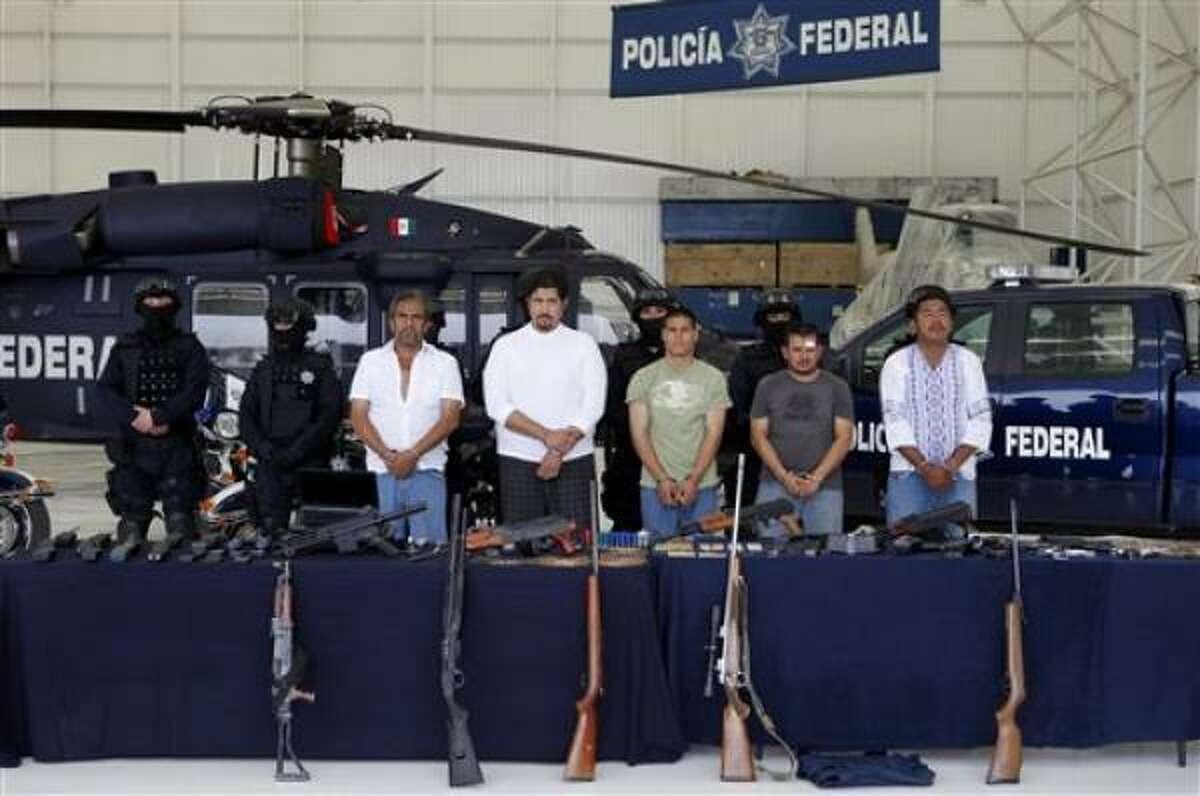 Supuestos miembros del cartel del Pacífico, incluido Mario González, cuarto desde la derecha, un presunto lugarteniente del fugitivo Joaquín