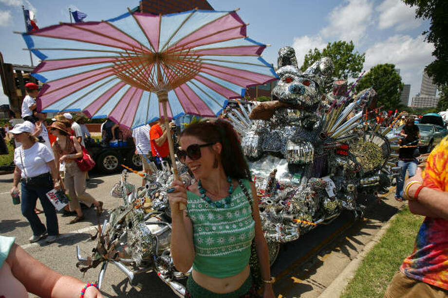 Shelly Long shields herself from the sun while admiring some of this year's Art Car entries. Photo: Michael Paulsen, Chronicle