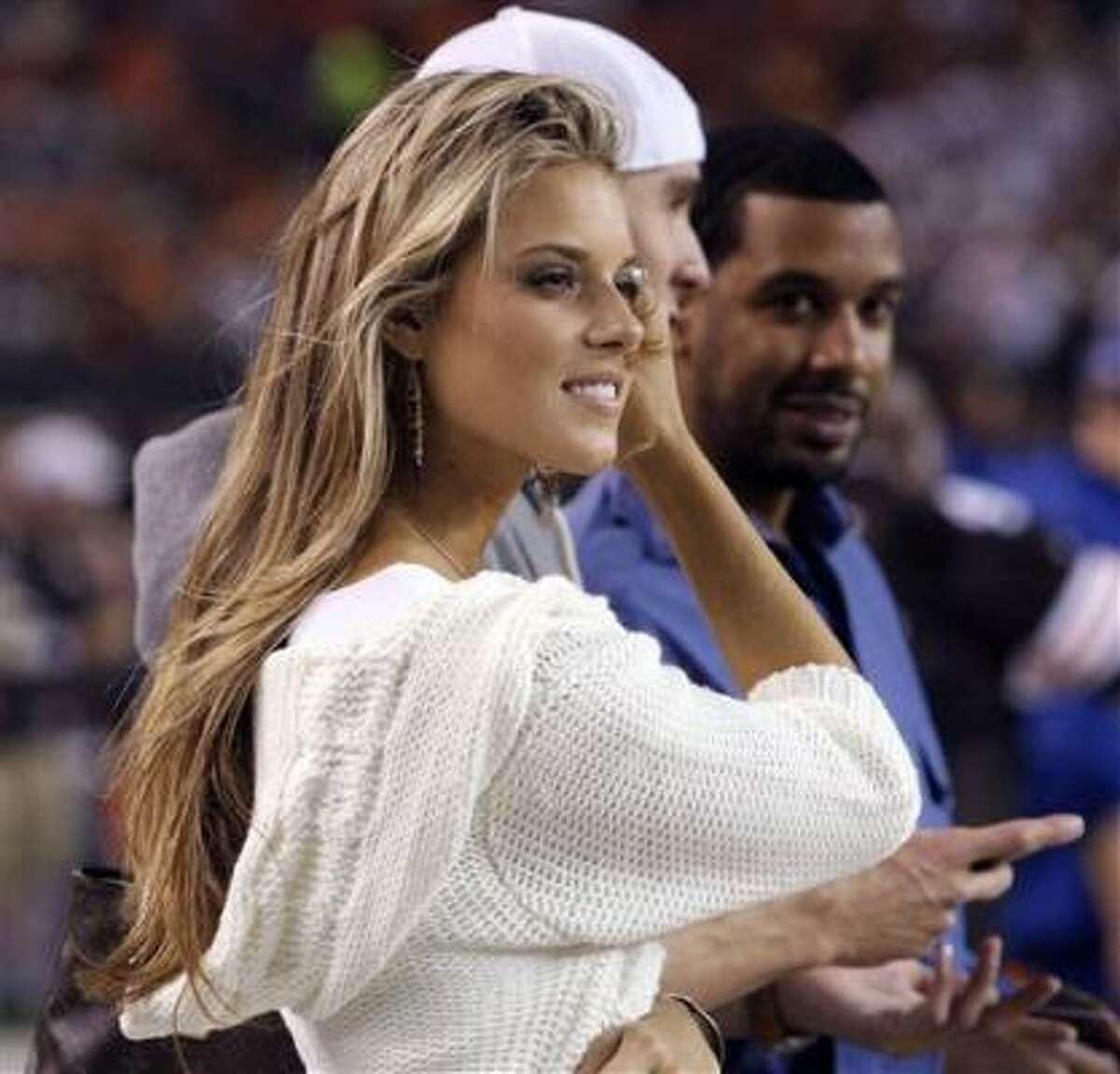En esta foto de archivo del 14 de septiembre de 2008, aparece Carrie Prejean, Miss California. Los organizadores del concurso Miss California tratan de determinar si la señorita Prejean ha violado su contrato. (Foto de AP/Scott Heckel, The Repository).