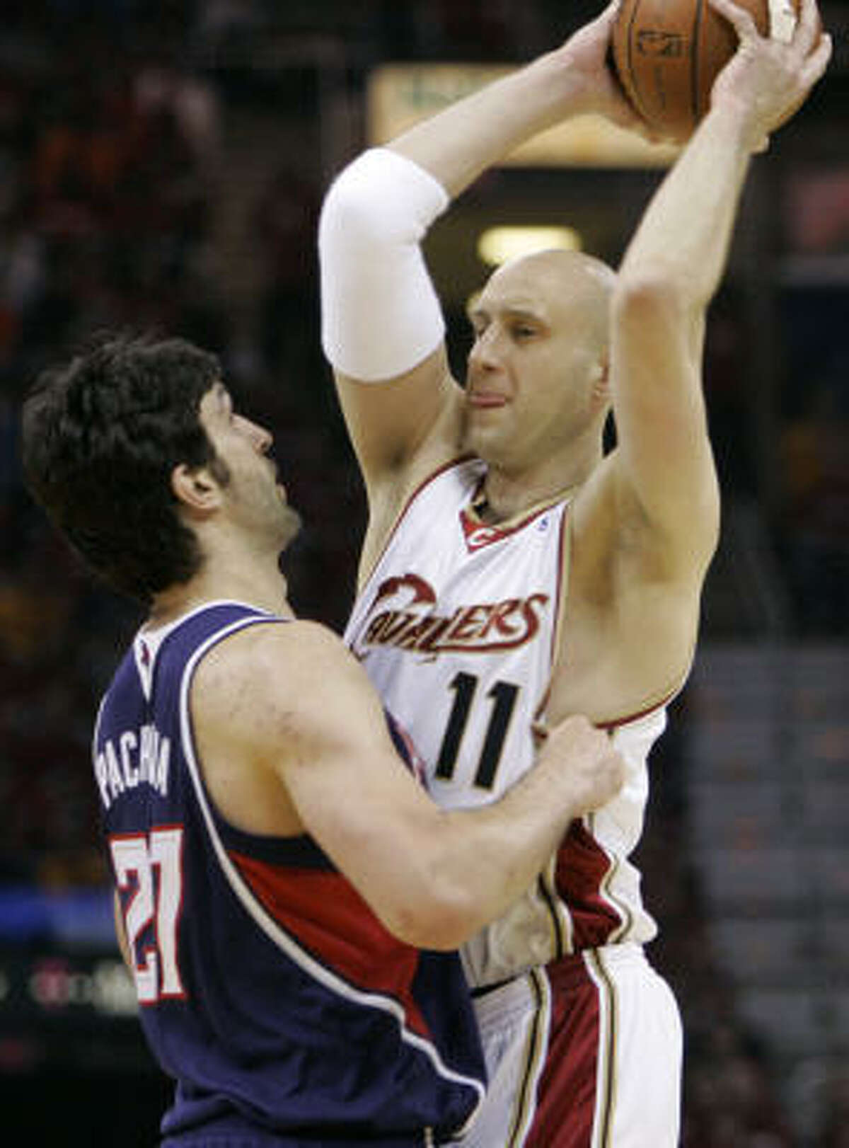 Atlanta's Zaza Pachulia, left, plays tight defense on Cleveland's Zydrunas Ilgauskas in the first quarter of Game 2 of the Eastern Conference semifinals Thursday in Cleveland.