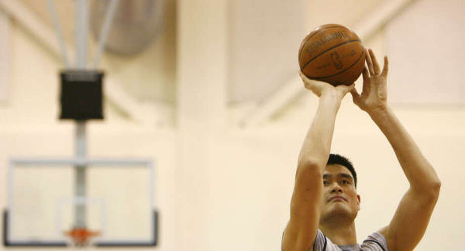 Rockets center Yao Ming works on free-throw shooting during practice in the Los Angeles Clippers training facility in Vista Playa. Photo: Nick De La Torre, Chronicle