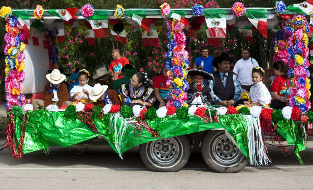 Students from Franklin Elementary School wait in line on their float prior to the LULAC 17th Annual Cinco de Mayo parade.