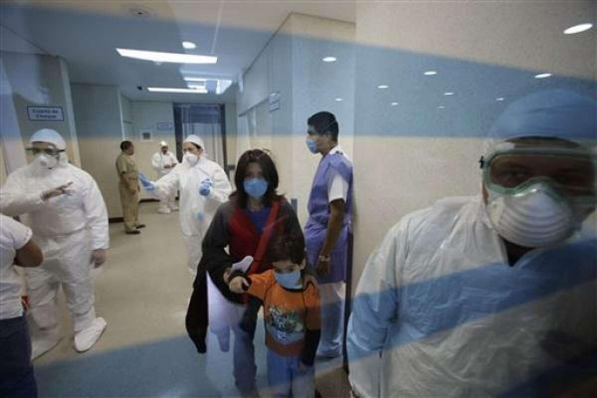 Pacientes en la sala de emergencia del Hospital Naval en la ciudad de México, junto a personal médico, el martes 28 de abril de 2009.