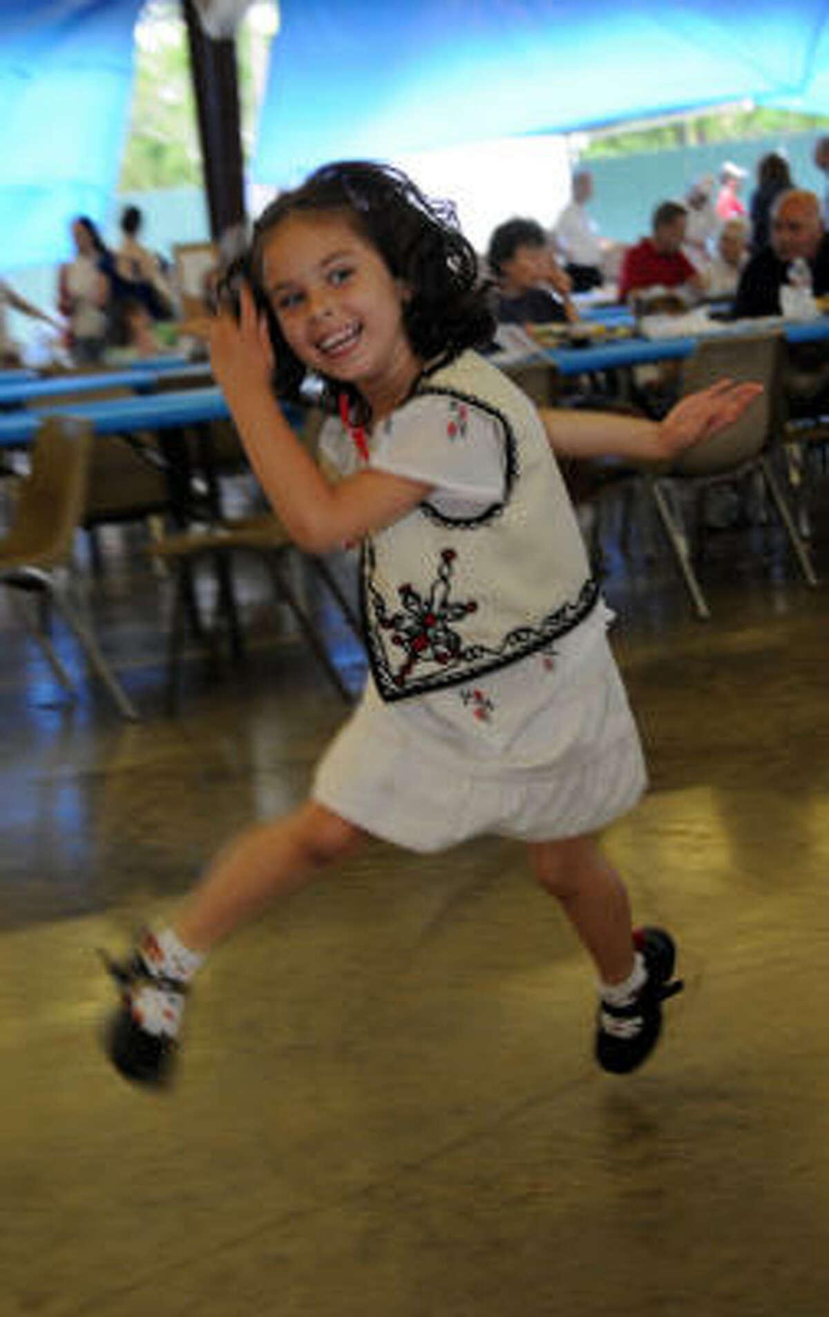 Nicoleta Savage, 4 dances to the music.
