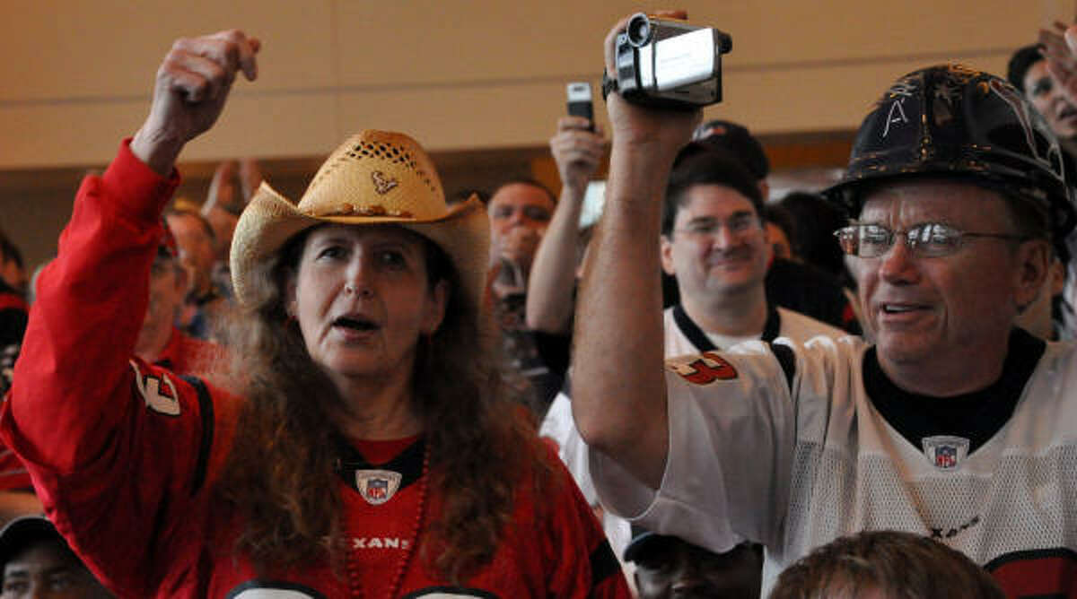 Texans fans cheer after their team selects USC linebacker Brian Cushings with the 15th overall pick in the NFL Draft.