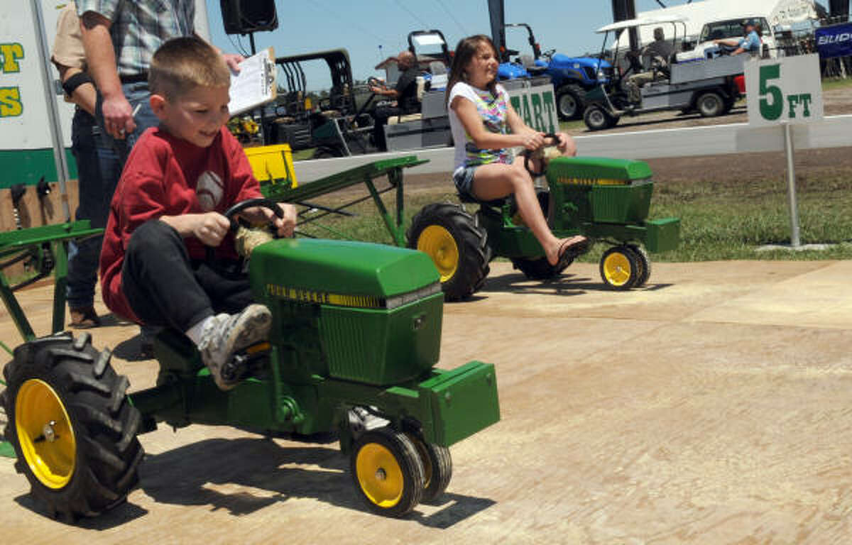 Zachary Gibbins, 5, pulls faster than Kaylee Kelley, 12 in the competition.