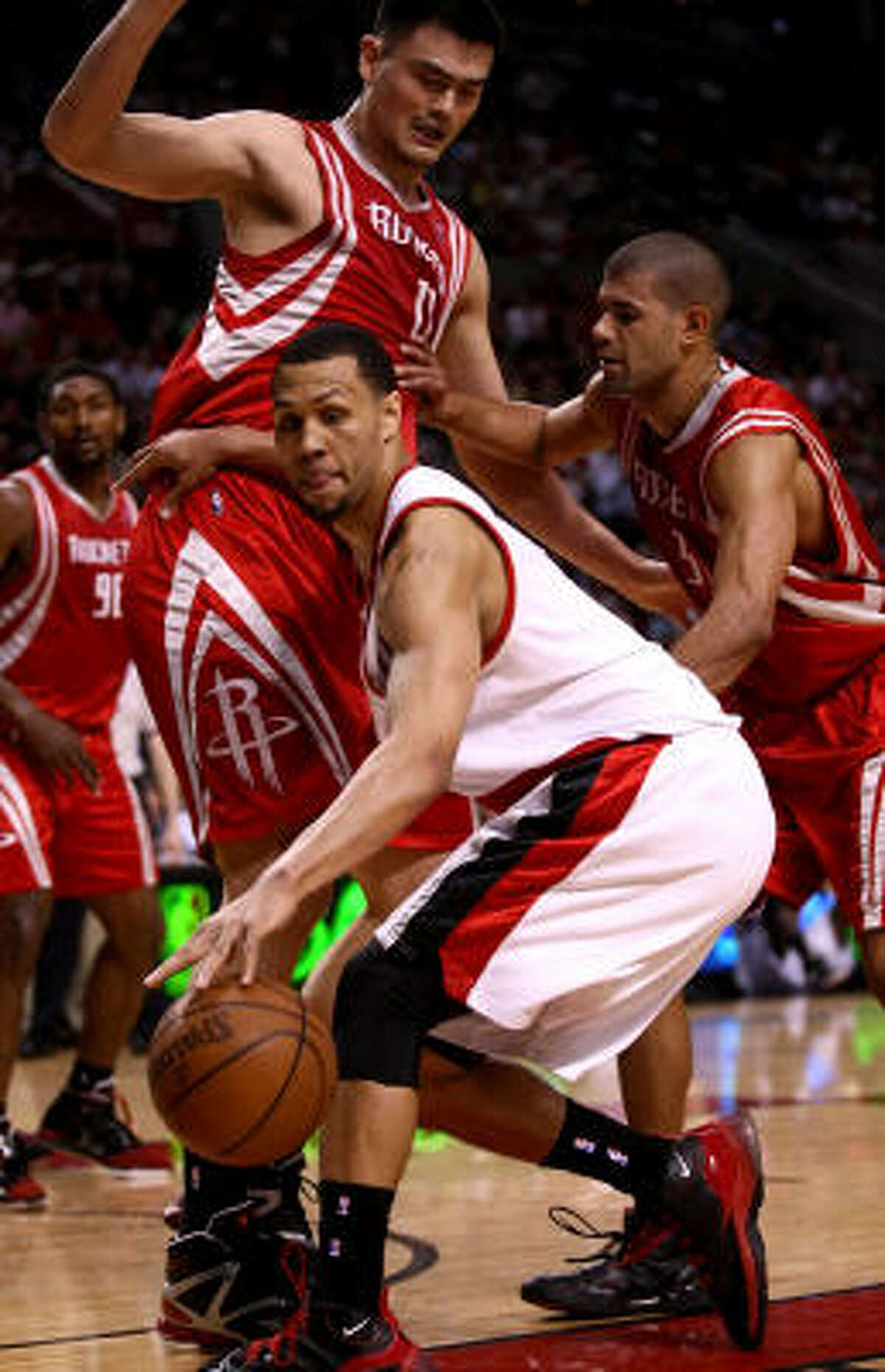 Brandon Roy drives against Yao Ming.