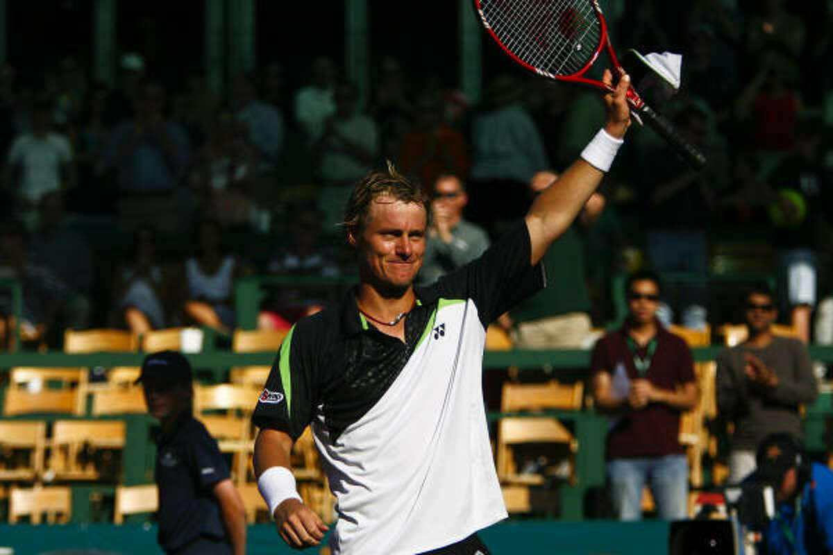 Lleyton Hewitt waves to the crowd after winning the 2009 River Oaks US Men's Clay Court Tennis Championship.