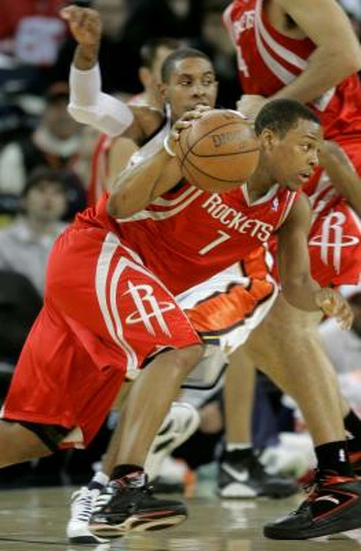 Rockets point guard Kyle Lowry (7) drives past Golden State Warriors guard C.J. Watson (23) in the second quarter.