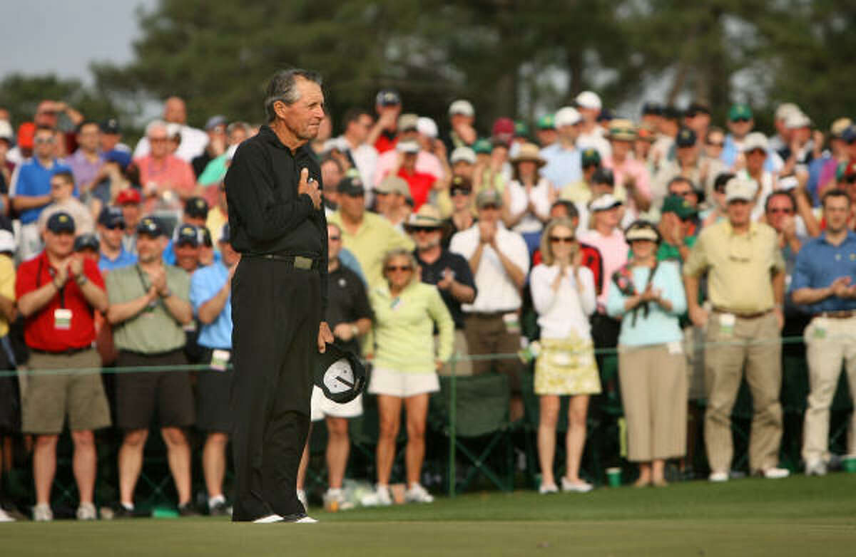 Gary Player pauses as the gallery pays tribute to him before he leaves the 18th green for the last time in competition.