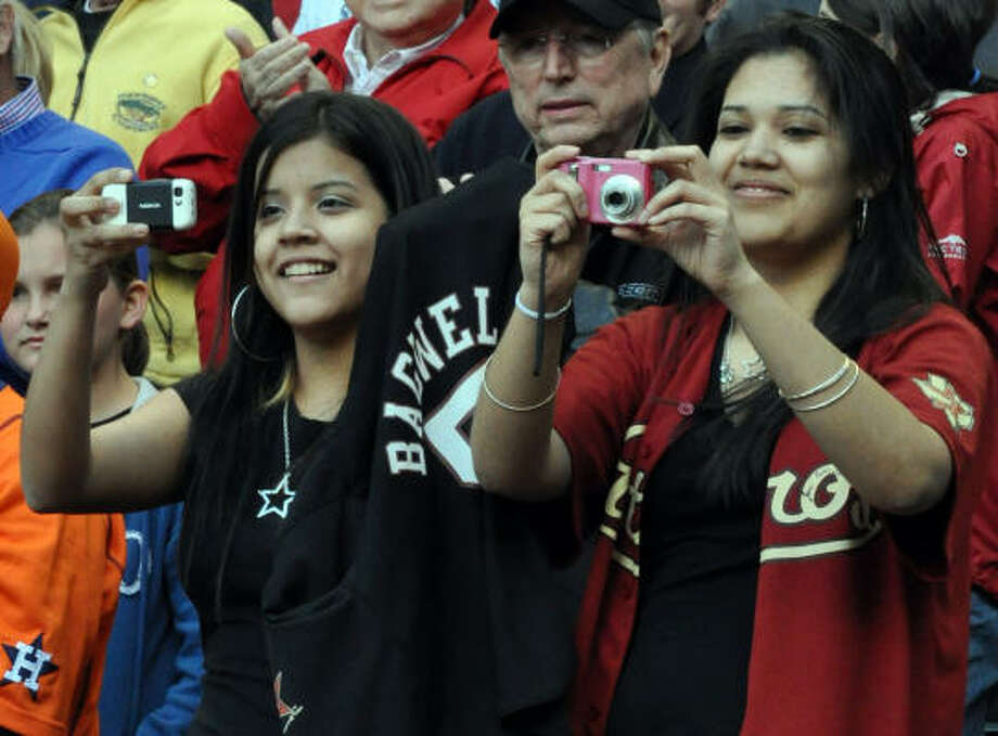 Best friends Yesenia and Marisol snap photos of their favorite slugger Jeff Bagwell. Photo: Chris Elliott, For The Chronicle