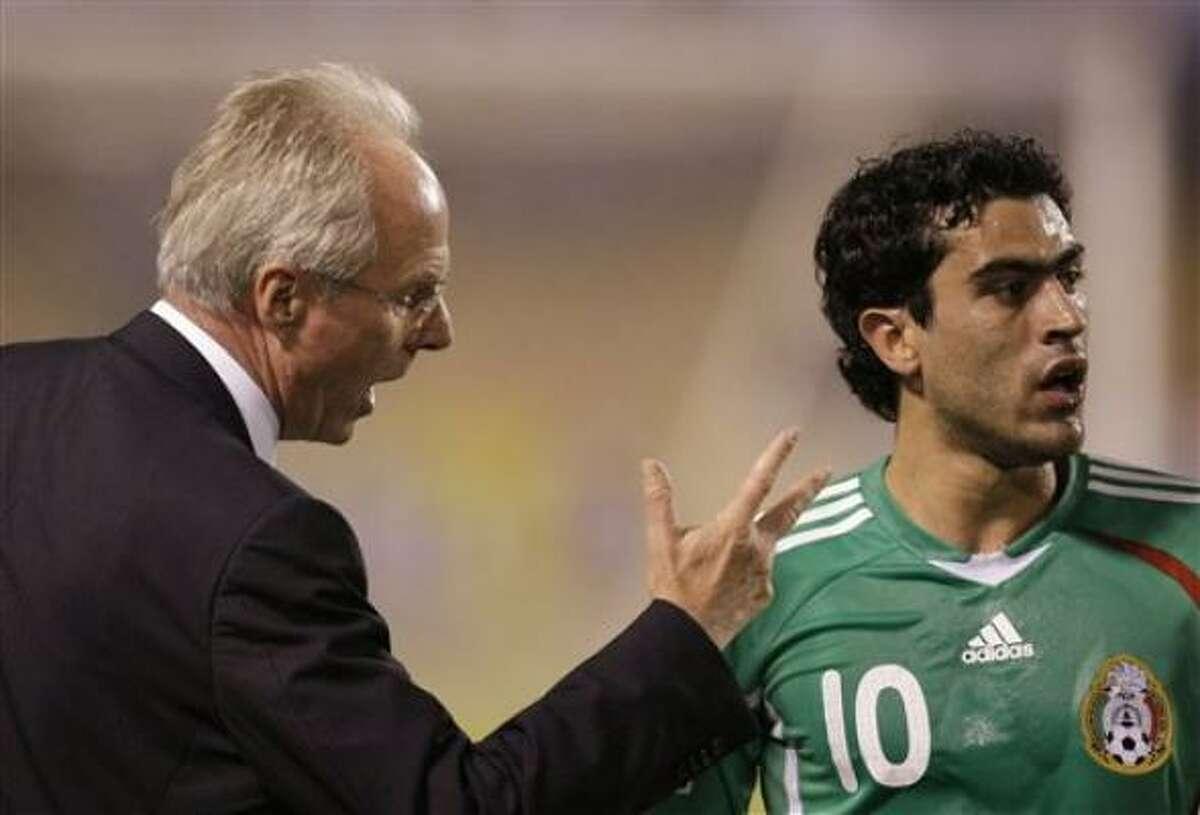Eriksson habla con Nery Castillo.