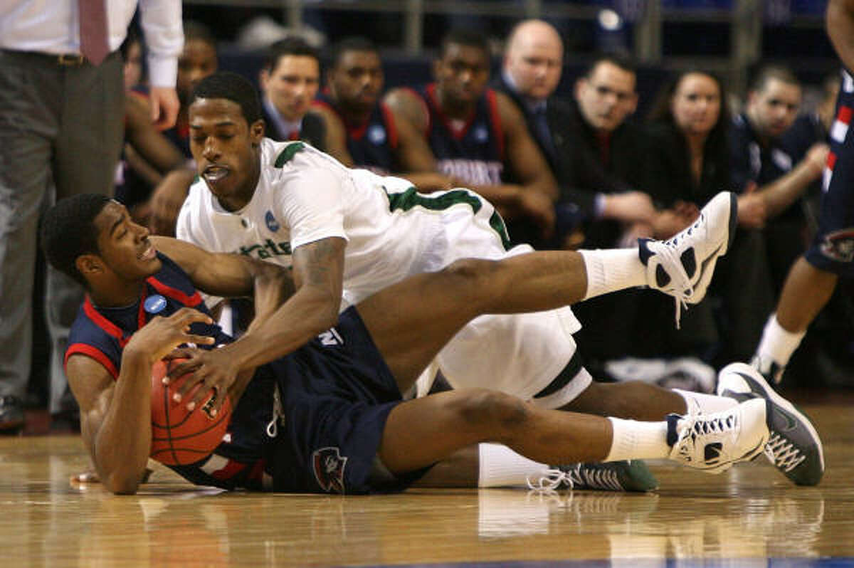 Midwest Region: Michigan State 77, Robert Morris 62 Michigan State's Durrell Summers fights for control of the ball against Robert Morris' Gary Wallace during the opening round of the NCAA Tournament.