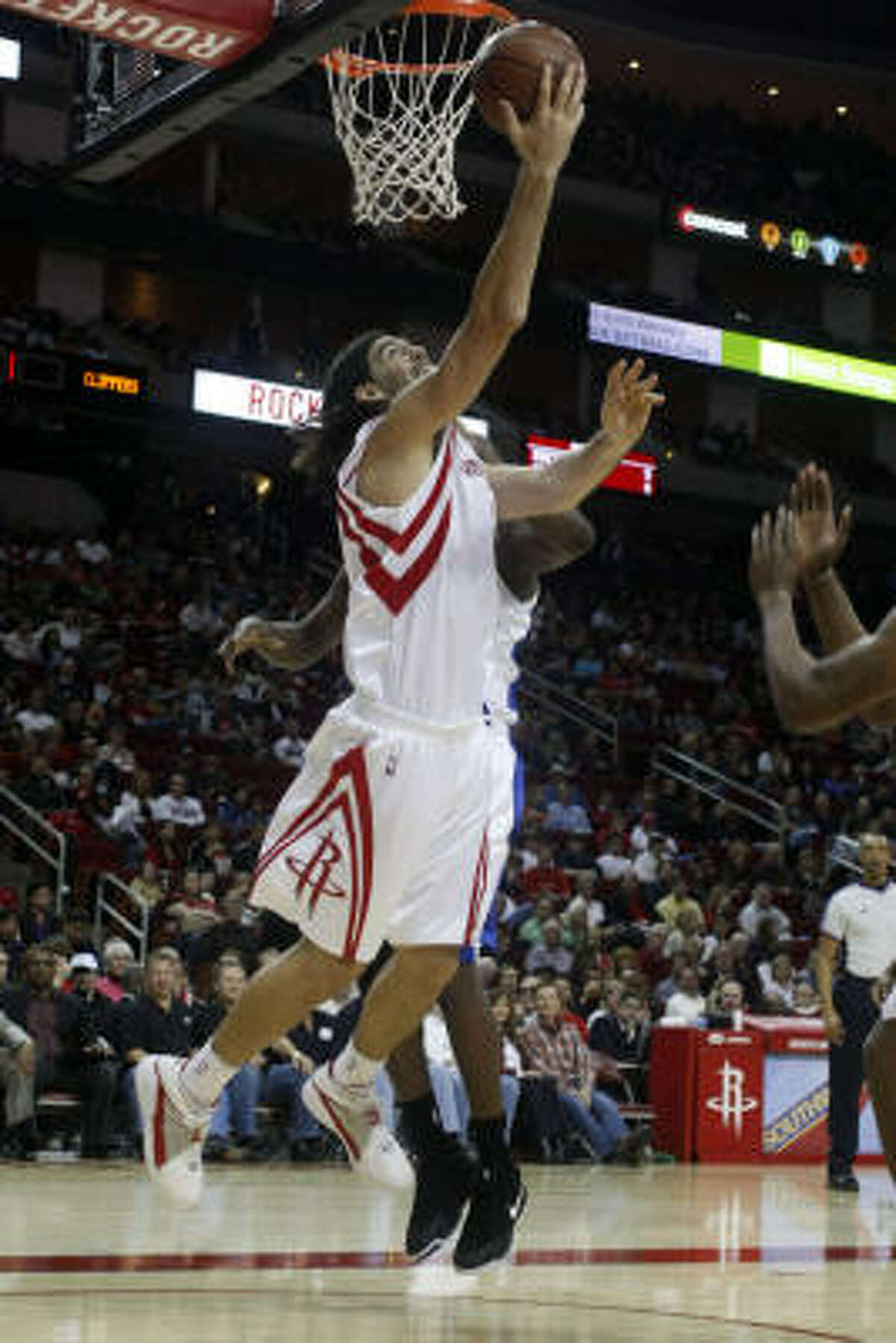 Luis Scola drives to the basket past Clippers defenders for an easy layup in the the second quarter.