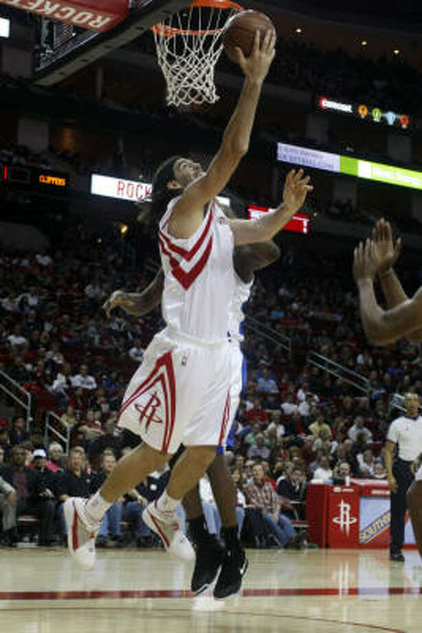 Luis Scola drives to the basket past Clippers defenders for an easy layup in the the second quarter. Photo: Johnny Hanson, Chronicle