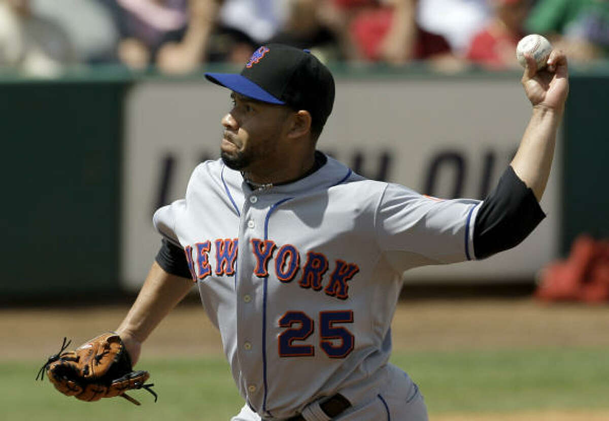 New York Mets reliever Pedro Feliciano (25) throws to a Houston Astros batter during the fifth inning.