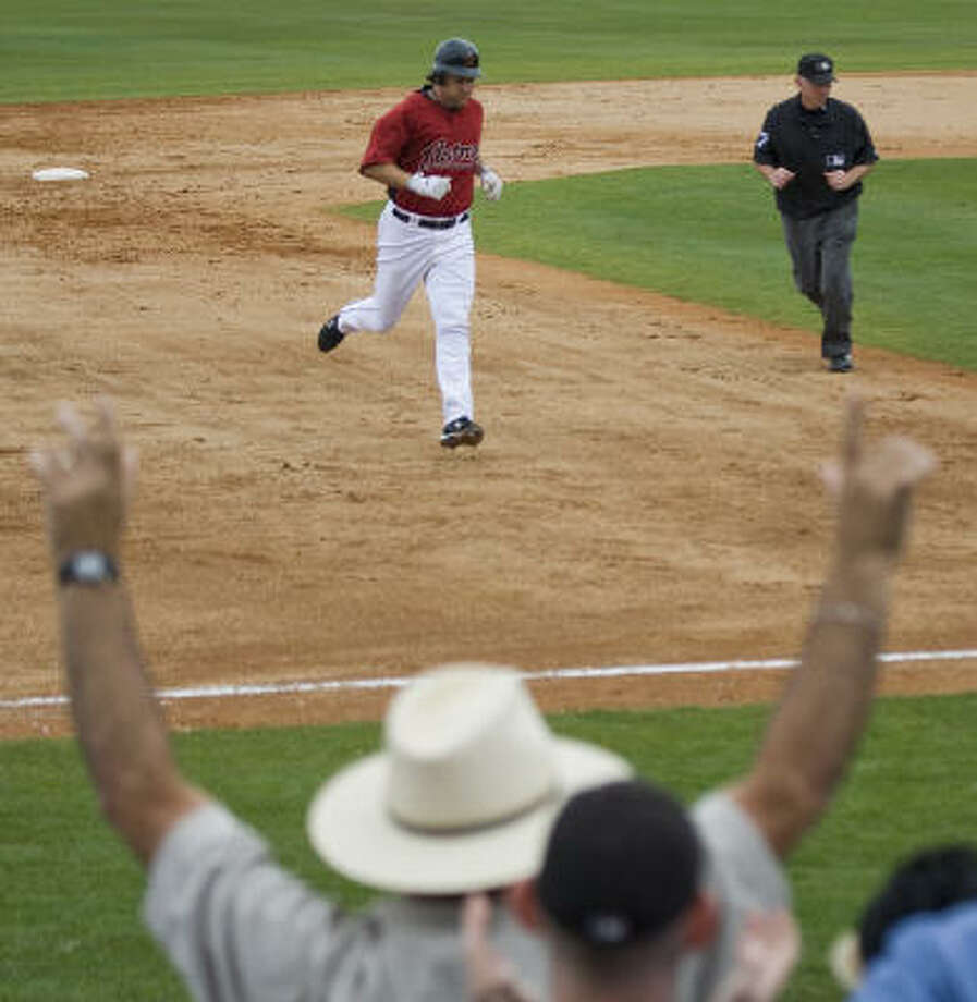 Lance Berkman rounds the bases after hitting his first of two home runs in the game. Photo: Smiley N. Pool, Houston Chronicle