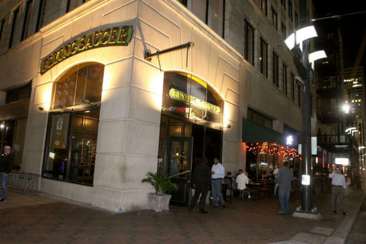 Flying Saucer está ubicado en 705 Main Street, en una de las esquinas más concurridas del downtown de Houston.