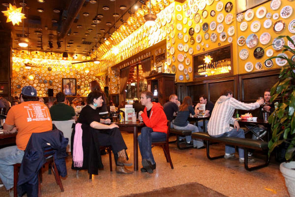 Se trata de una franquicia que pertenece a una cadena de 13 bares en el país, la cual se extiende desde Raleigh, en North Carolina, a San Antonio, Texas.