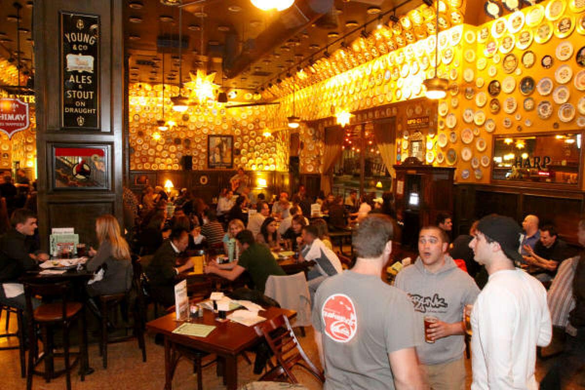 En este bar, cada noche se reúnen decenas de jóvenes.