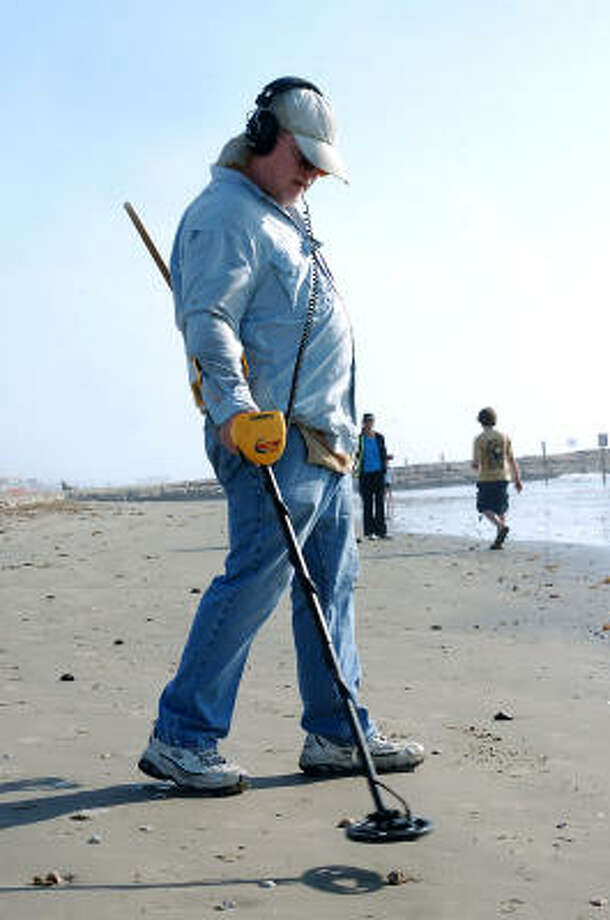 Gayle Coombs of Conroe searches for treasure along the Seawall beach. Photo: Kirk Sides, For The Chronicle