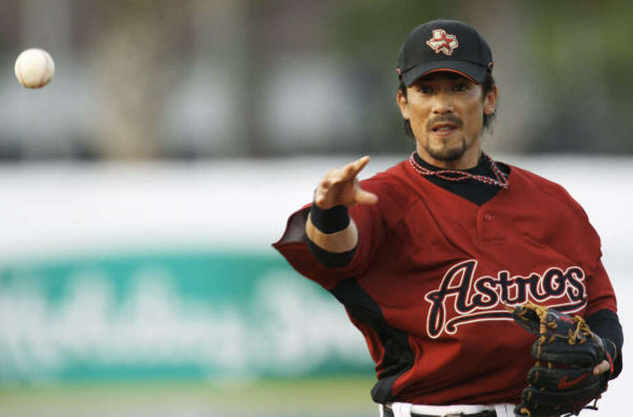 Astros second baseman Kazuo Matsui throws a runner out at first base during the first inning. Photo: Rob Carr, AP