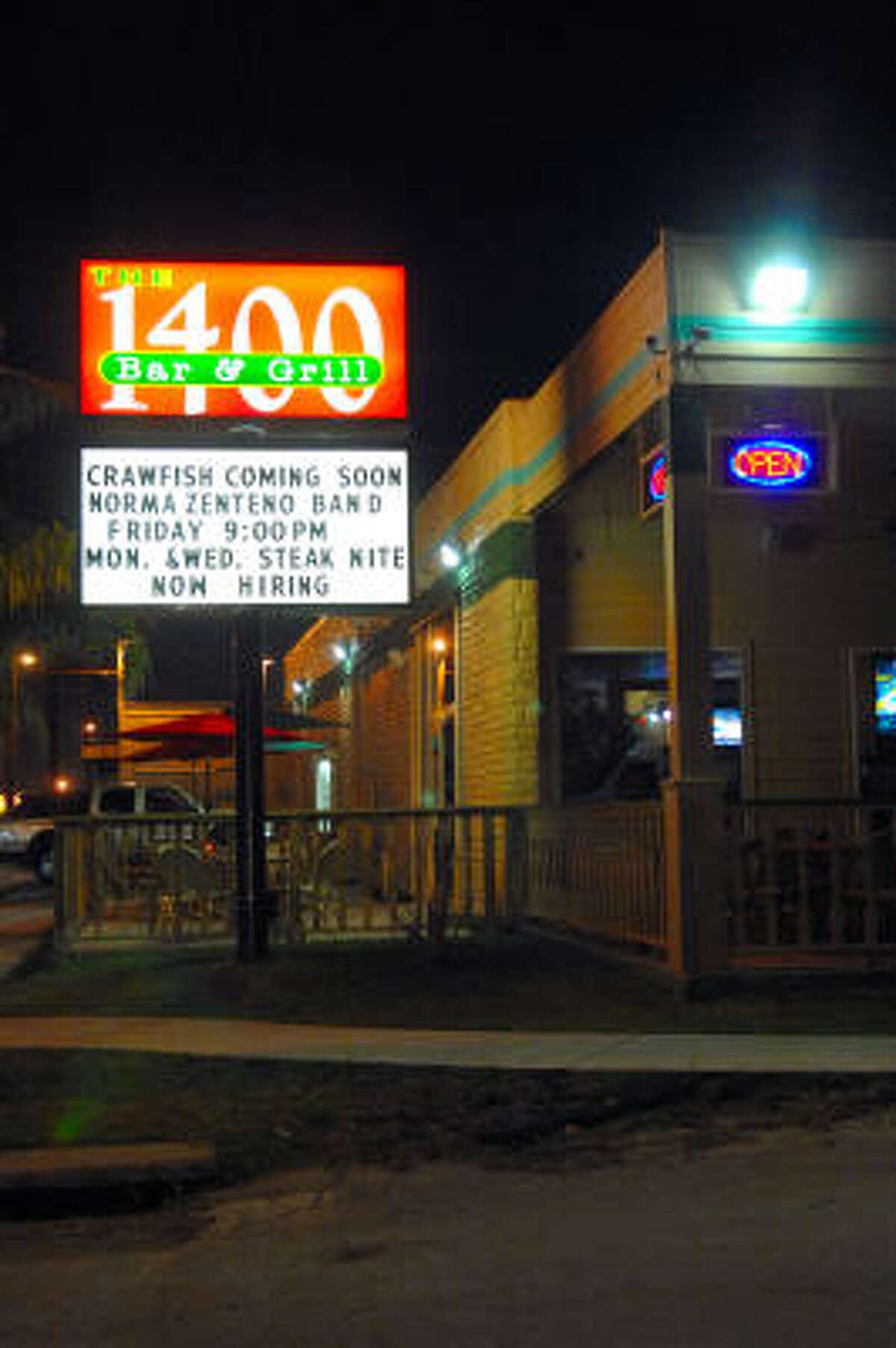 1400 Bar & Grill está ubicado en 1400 Shepherd Dr., en la zona de Heights.