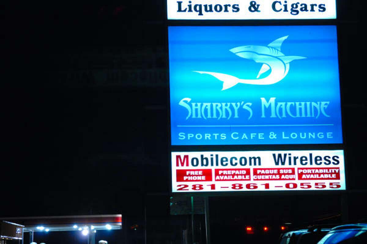 Sharky's Machine Lounge está ubicado en 5222 Barker Cypress Rd., en el arbolado vecindario de Cy Fair, en el oeste.
